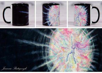 """""""Źródło"""" Joanna Ratajczyk. Brama do źródła jest w Tobie. Jesteś z Nim i w Nim jednocześnie.  Rozjaśniasz swoim istnieniem każdy cień. Usłysz je w swoim sercu.  Poczuj jak przepływa przez Ciebie twórcza energia."""