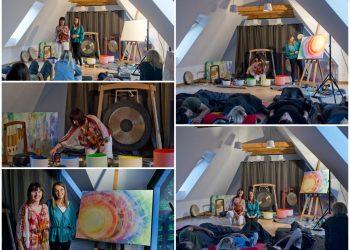 Koncert na misach i gongach zagrany przez Joannę Materek podczas którego powstał obraz